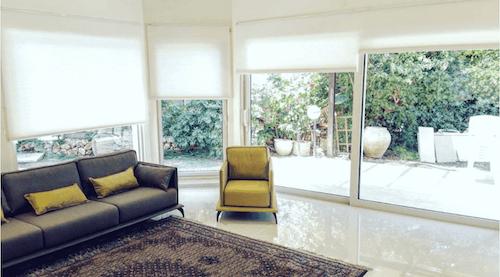 עלות וילונות גלילה לבנים לסלון