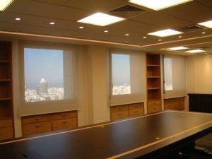 וילונות גלילה הצללה במשרד