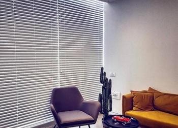 וילון ונציאני אלומניום בחדר המתנה