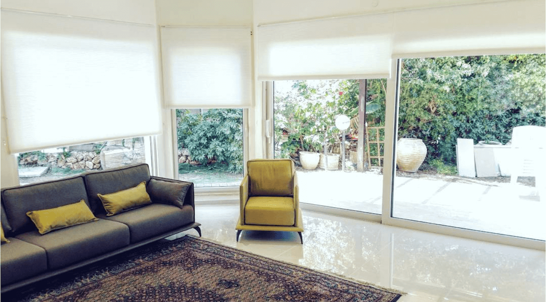 וילונות גלילה לבנים בסלון הבית