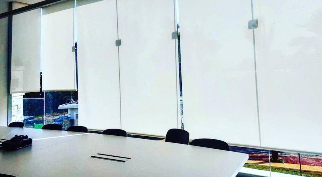 וילונות גלילה למשרד בצבע לבן